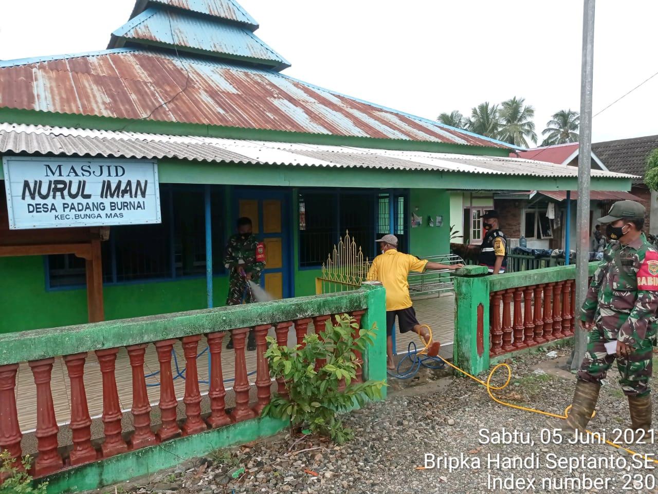 Pencegahan Covid-19, Desa Padang Burnai Semprot Fasum Dengan Cairan Desinfektan