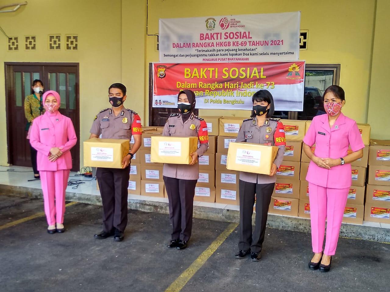 Peringati HUT Ke -73 dan HKGB ke – 69, Polwan Dan Bhayangkari Bagikan 168 Paket Sembako