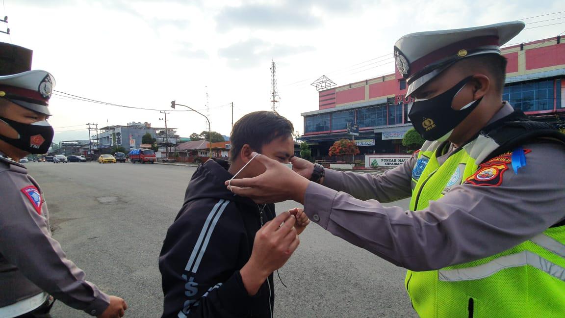 Tegakan Prokes, Polres Kepahiang Bagikan Masker kepada Pengguna Jalan