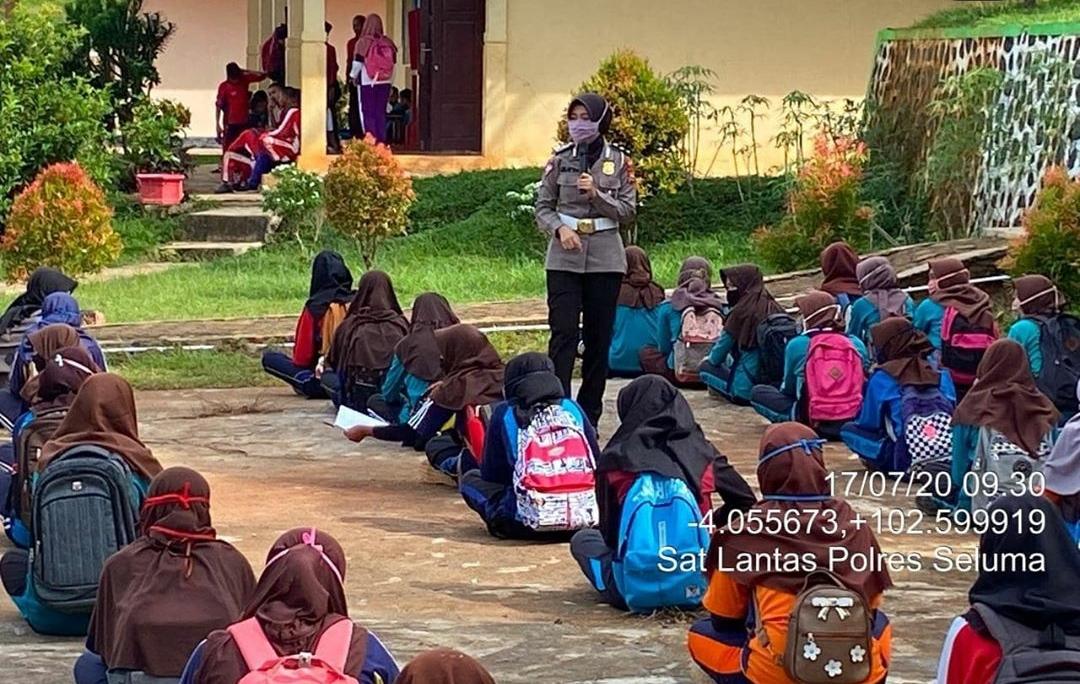 """Ops Patuh Nala 2020 """"Coming Soon"""", Polres Seluma Himbau Pelajar Lengkapi Kelengkapan Berkendara dan Gunakan Masker"""