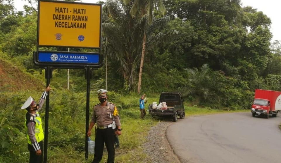 Acap Kali Terjadi Kecelakaan, Polres Seluma Bersama Jasa Raharja Pasang Rambu-rambu Peringatan
