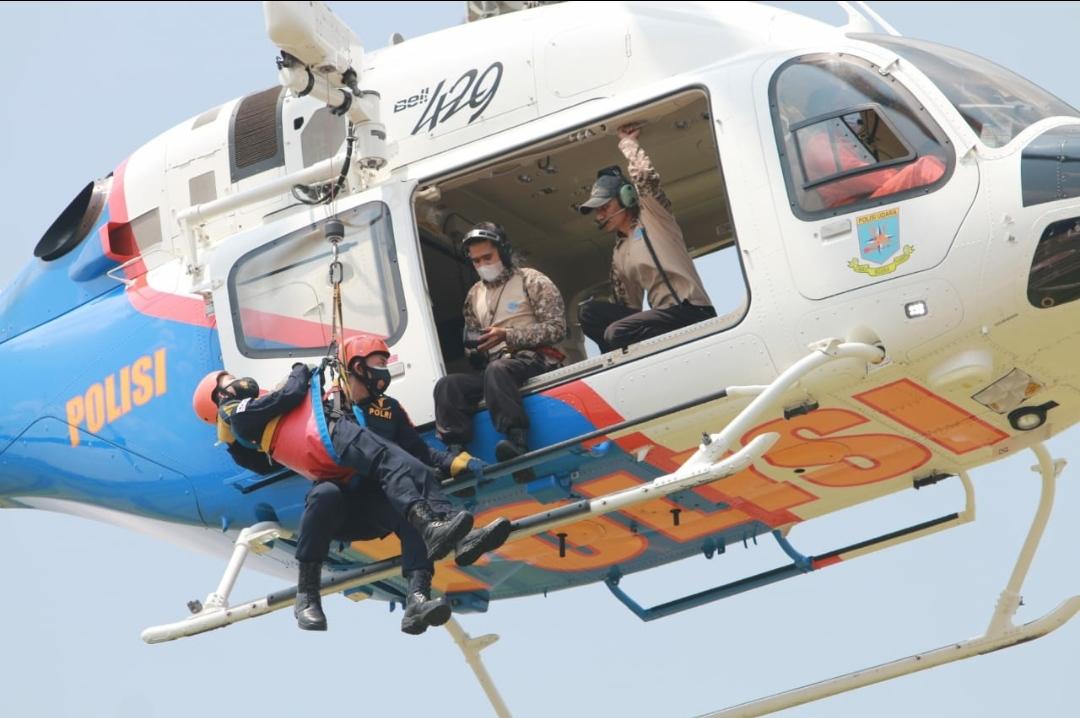 30 Personil Polri Unjuk Kemampuan dan Penyematan Brevet Dokpol