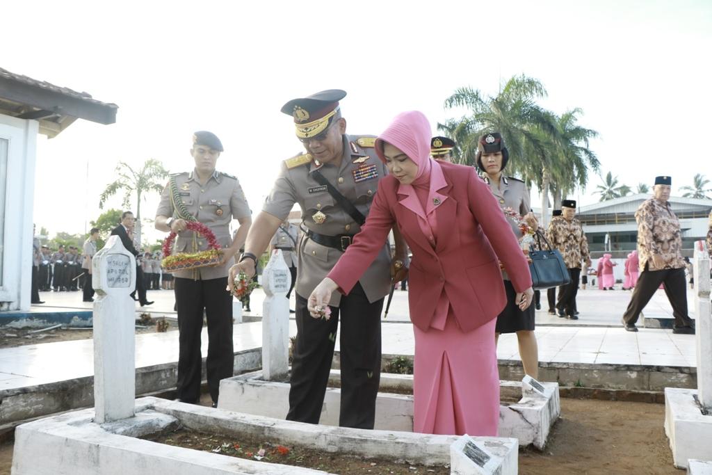 Polda Ziarah Rombongan Di TMP Balai Buntar Bengkulu