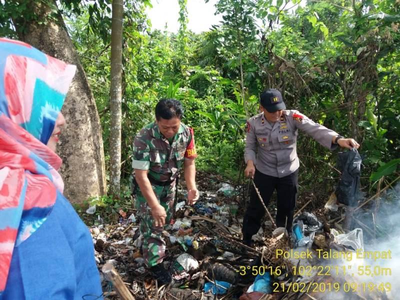 Bersama Warga, Kapolsek Gotong Royong Bersihkan Sampah