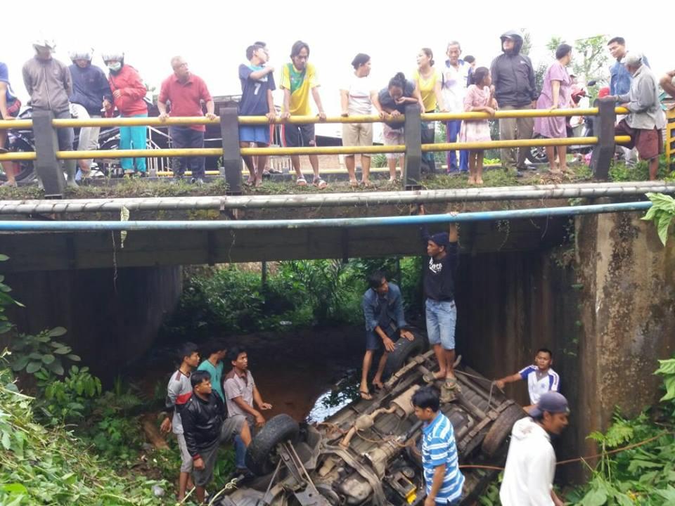 Supir ngantuk, Mobil Pick Up Masuk Kolong Jembatan