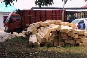 Kayu-6-kubik-bersama-mobil-truk-saat-diamankan-Polres