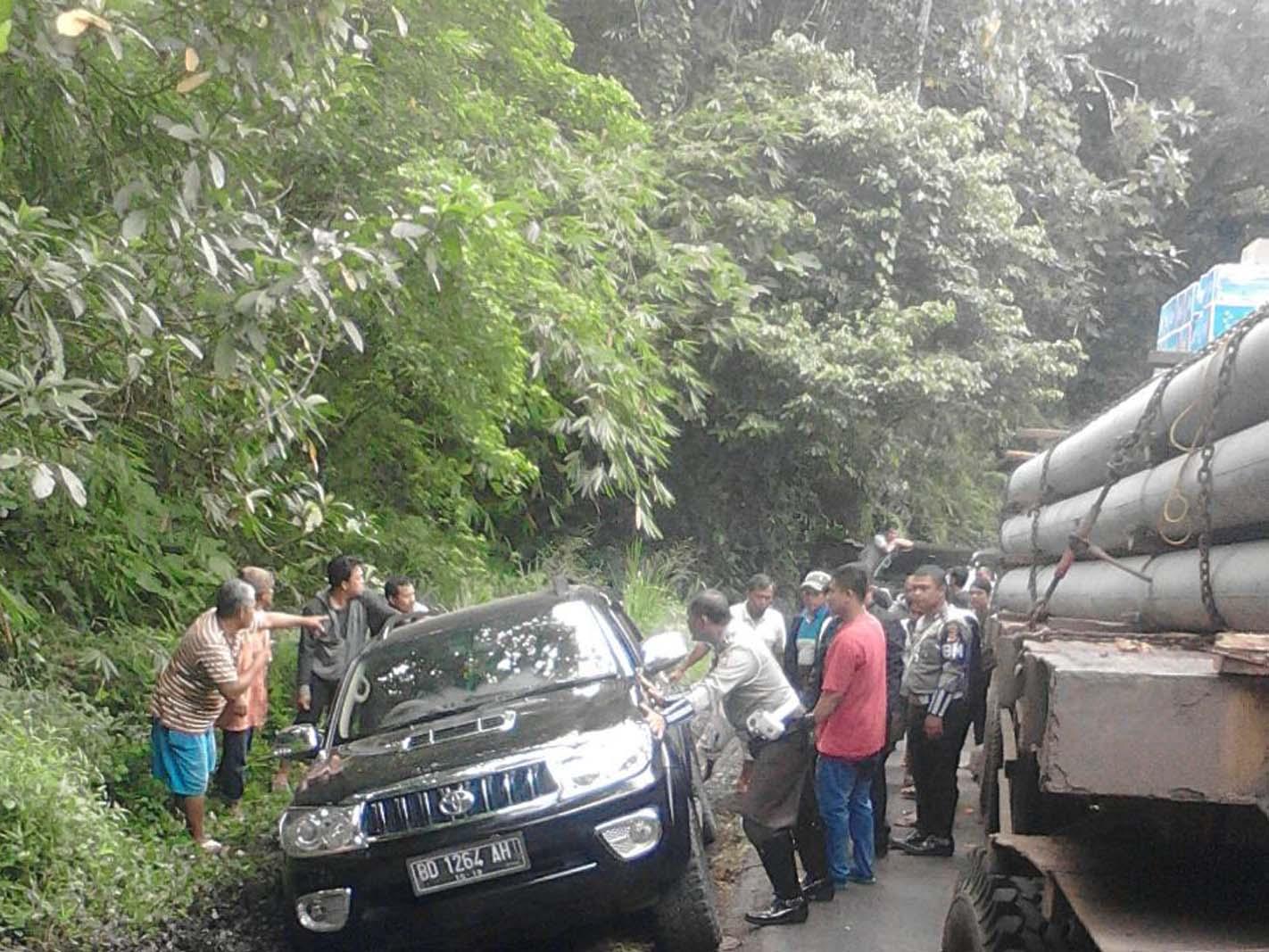 Polisi Evakuasi Truck Yang Terperosok Di Jalan Gunung Lintas Kepahiang – Bengkulu