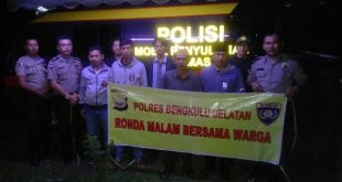 Polisi Dan Warga Ronda Malam Bersama
