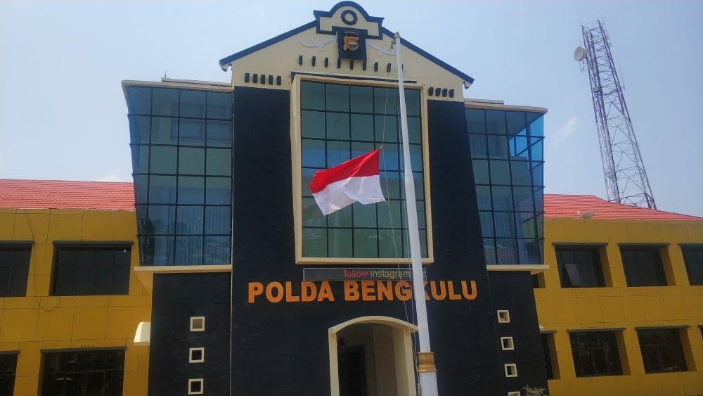 BJ Habibie Meninggal, Polda Bengkulu Kibarkan Bendera Setengah Tiang