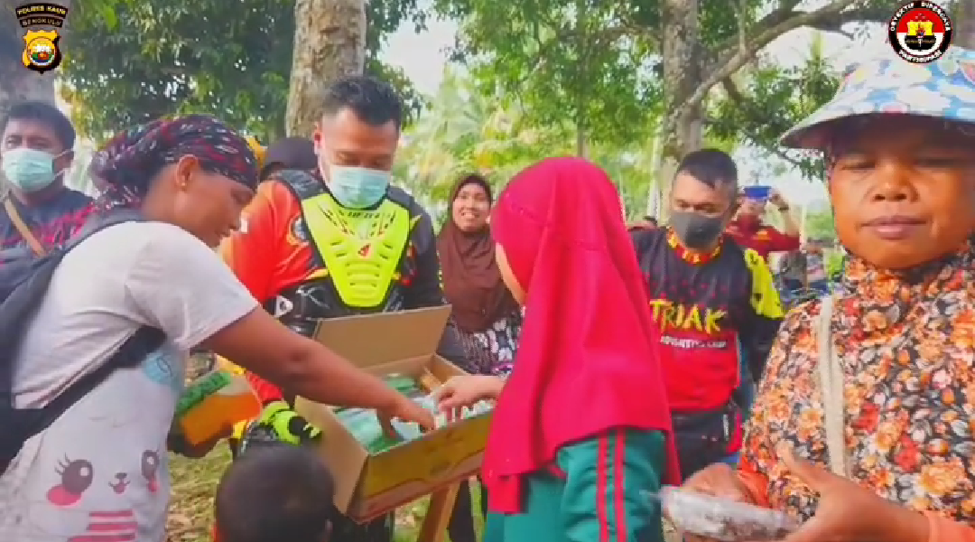 Peduli Sesama Ditengah Pandemi Covid-19, Polres Kaur Bagikan 500 Takjil