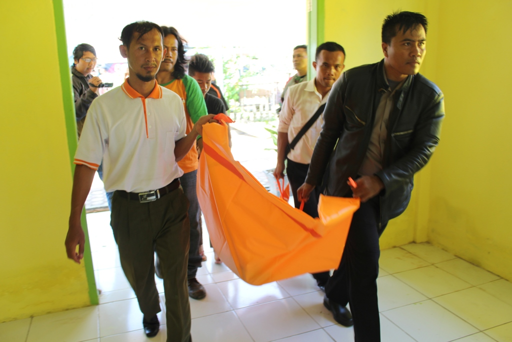 Polisi Lakukan Autopsi Mayat Petani Karet