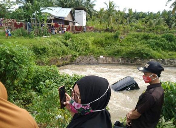 Polisi Bersama Warga Evakuasi Mobil Nyemplung di Bendungan Seluma