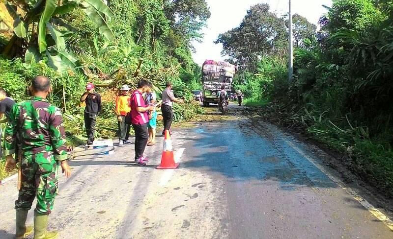 Polisi Bersama Warga, Bersihkan jalan yang terkena Longsor