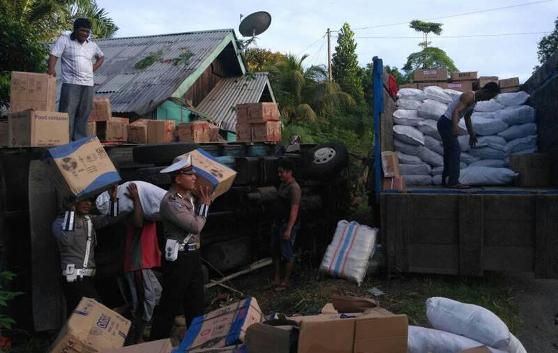 Personil Lalulintas Seluma Bantu Evakuasi Truk Terguling
