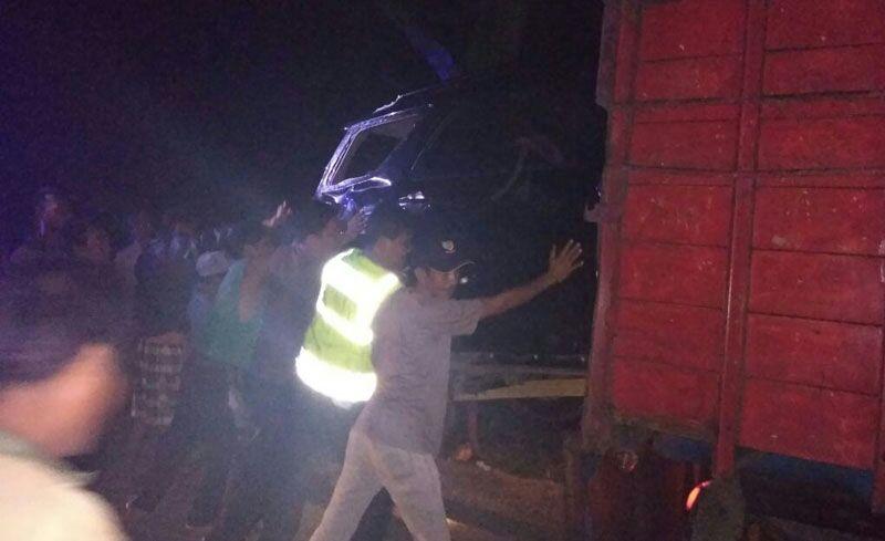 Bersama Masyarakat,Sat Lantas Polres Seluma Bantu evakuasi Truk Terbalik