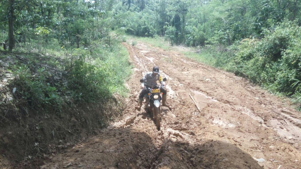 Menuju Desa Binaan, Bhabinkamtibmas Dihadang Jalan Berlumpur