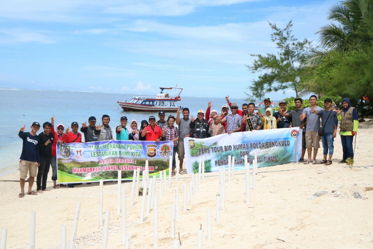 Polda Bengkulu, BLH dan Awak Media Tanam Pohon, Cegah Abrasi di Pulau Tikus