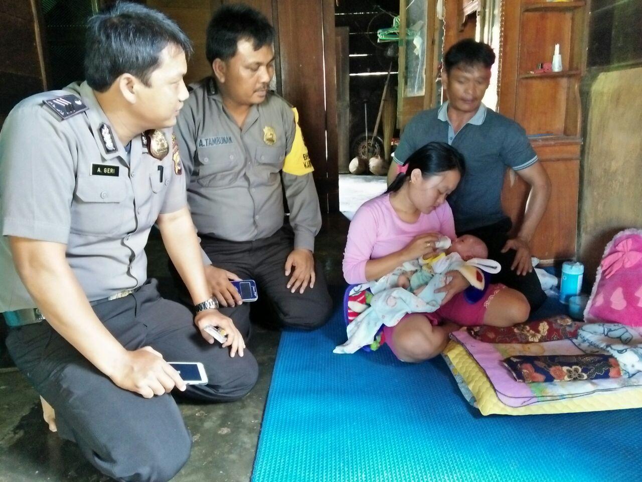 Kunjungan Bersama Kepala Desa, Personil Polsek Kaur Utara Bantu Warga
