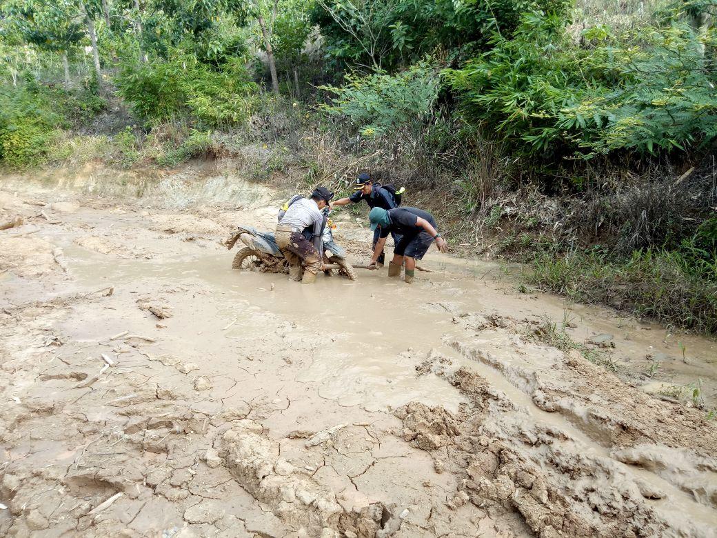 """Bersama Bhabinkamtibmas, """"Kru Indonesiaku"""" Trans7 Liputan di Desa Langgar Jaya dan Damar Kencana"""