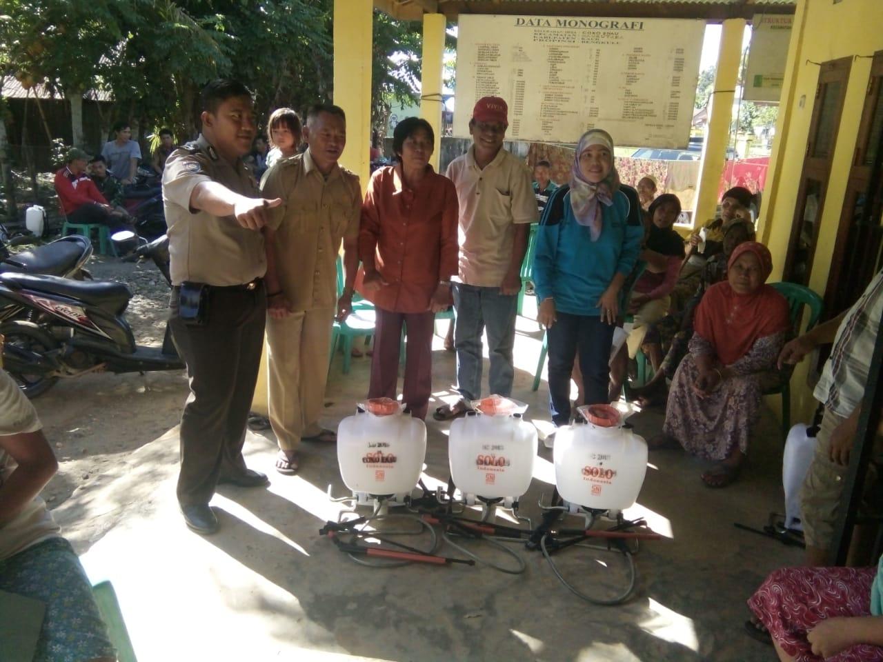 150 Orang Warga Desa Coko Enau, Terima Bantuan Alat Pertanian