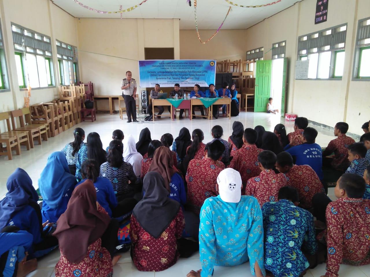 Bersama Mahasiswa KKN, Bhabinkamtibmas Binluh di Sekolah