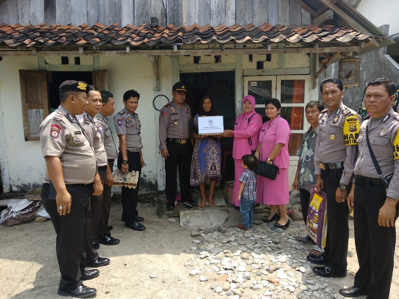 Didampingi Anggota dan Bhayangkari, Kapolsek Kaur Selatan Bagi Tali Asih