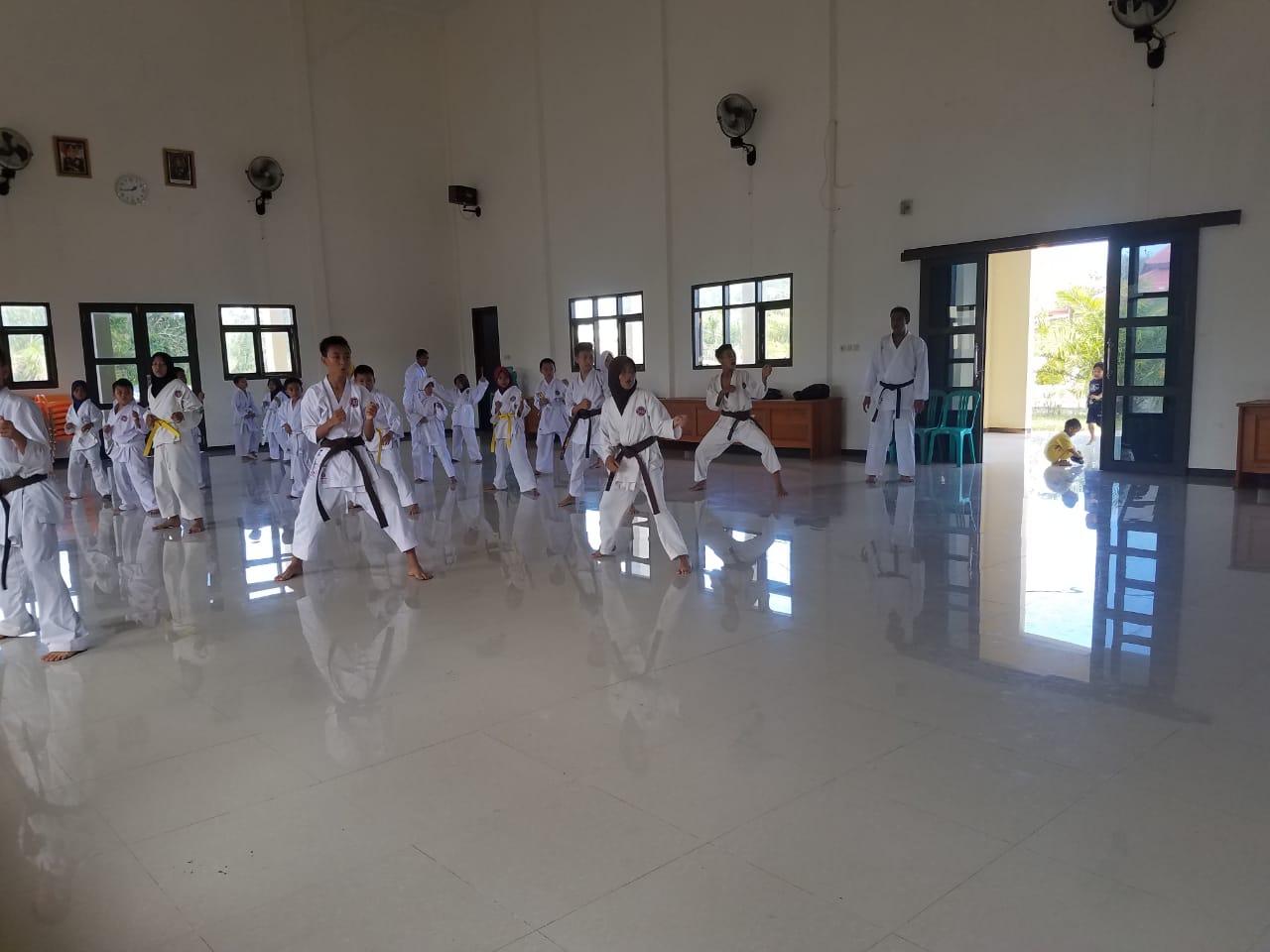 Latihan Rutin Atlet Karate Inkanas di Polres Kaur