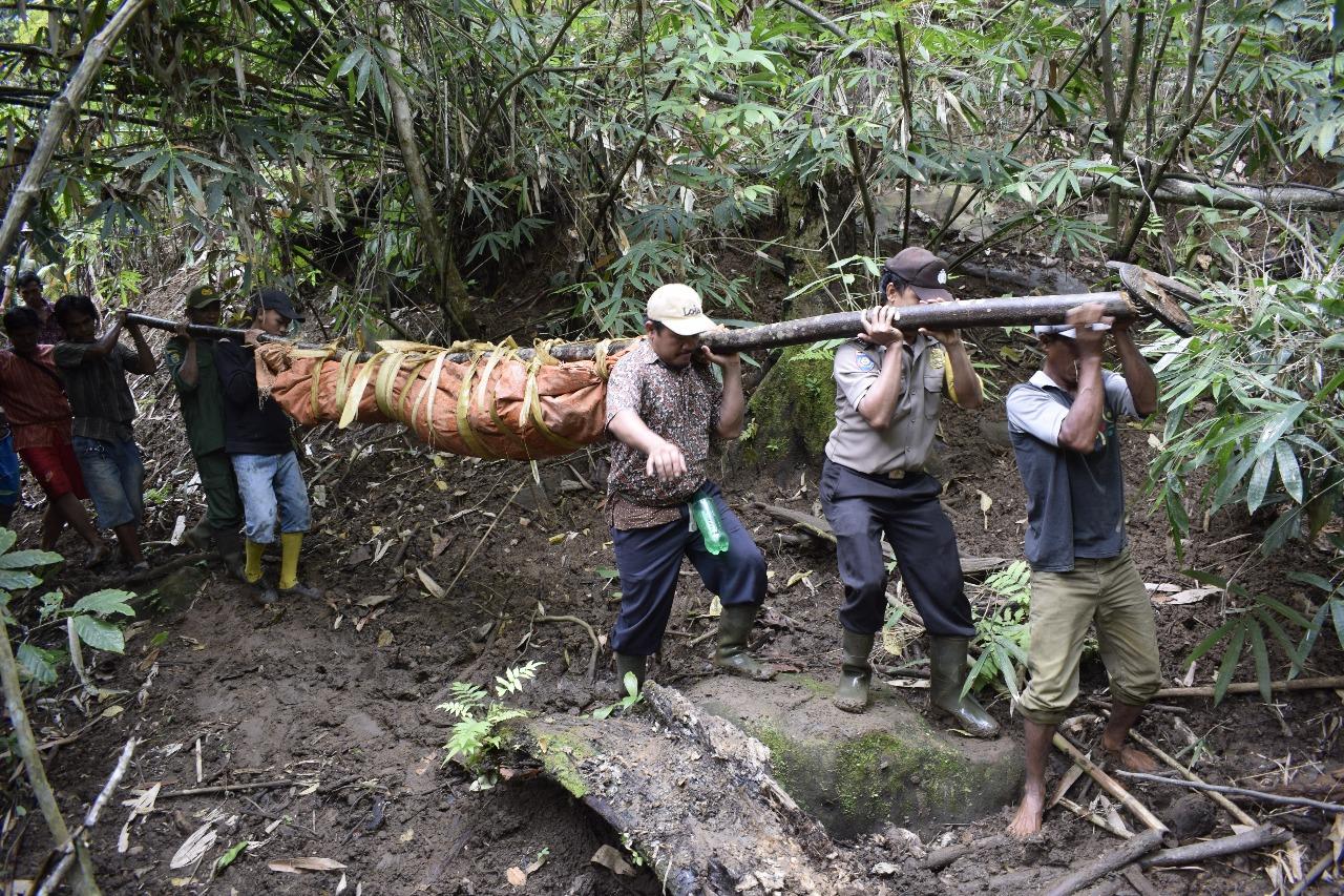 Bersama Warga, Bhabinkamtibmas Lakukan Evakuasi Temuan Mayat di Desa Selinsingan