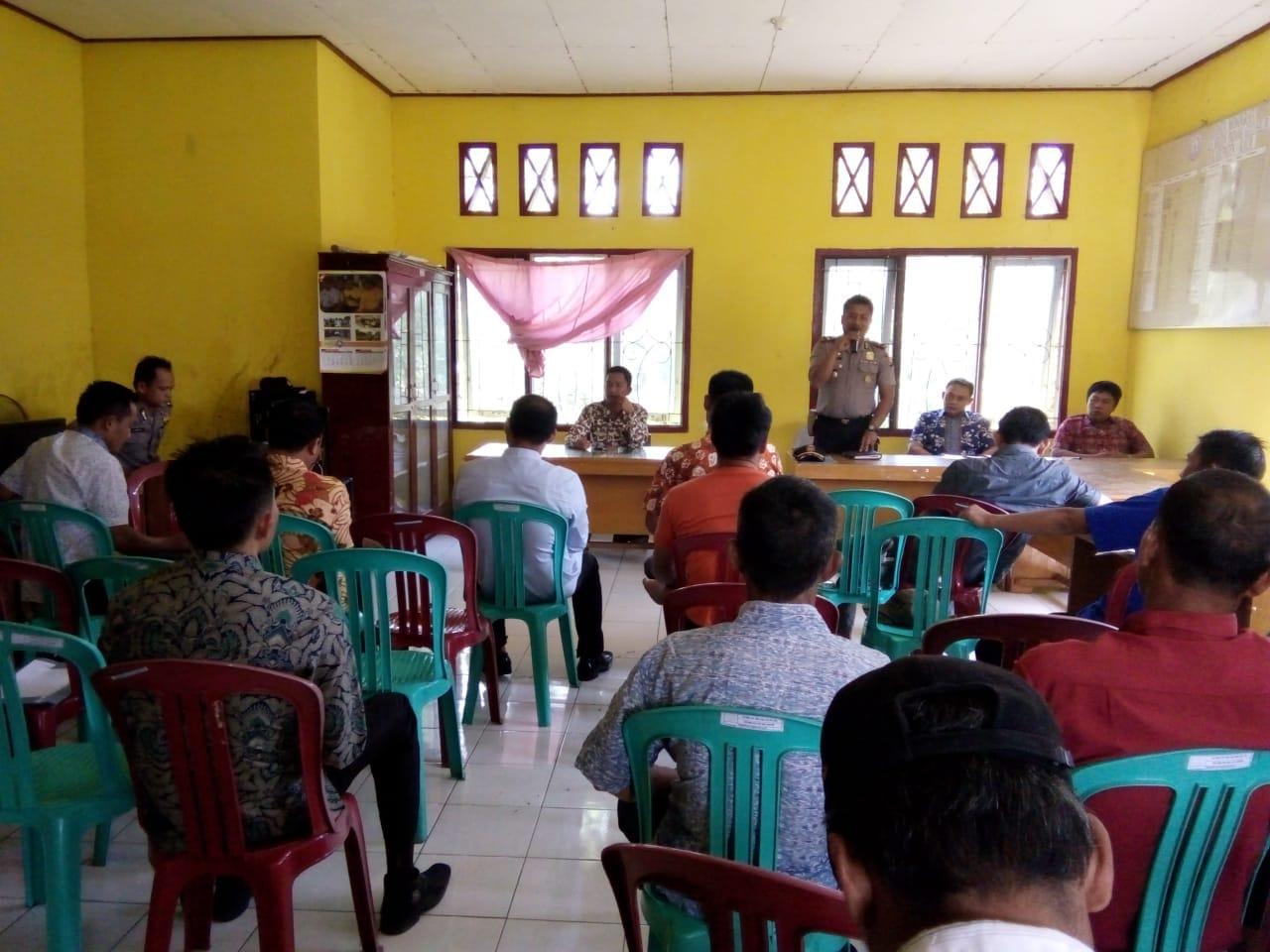 Cek Inventaris dan Administrasi Dana Desa Kecamatan Padang Guci Hilir, Polsek Kaur Utara Ikuti Pertemuan Antara Mantan Kades dan Pjs