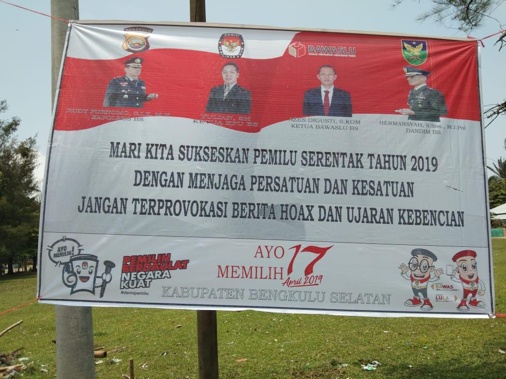 Himbau Pemilu Damai, Polres Bengkulu Selatan Pasang Spanduk di Polsek Jajaran