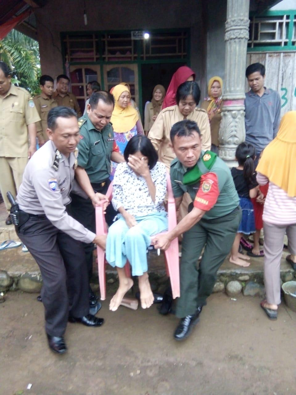 """Babinsa dan Bhabinkamtibmas Bantu Penjemputan Suniarti, """"Warga Yang Menderita Sakit Untuk di Obati"""""""