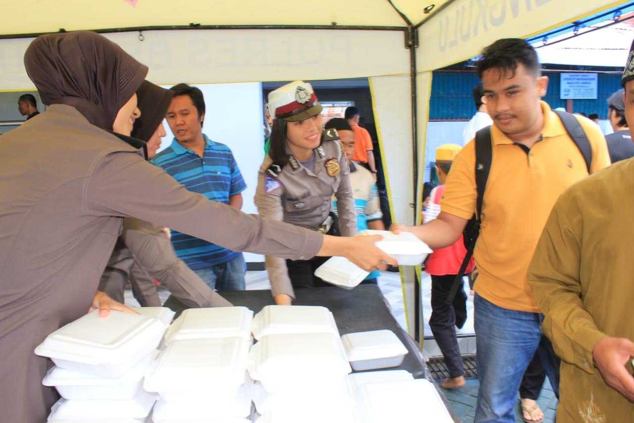 Jumat Peduli, Polres Bengkulu Bagikan Makan Siang Kepada Jamaah Shalat