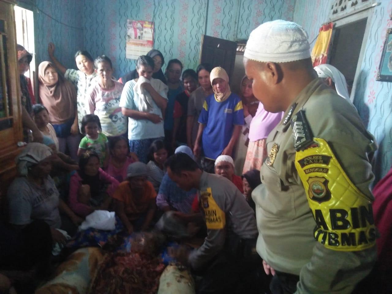 Bersama Warga, Bhabinkamtibmas dan Babinsa Evakuasi Korban Hanyut dari Air Padang Guci