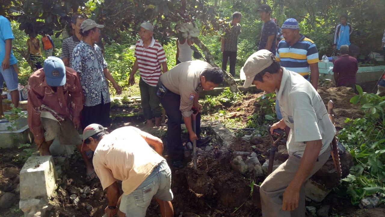 Makam Terancam Abrasi, Bersama Polisi Warga Desa Ulak Agung Lakukan Pemindahan Lokasi