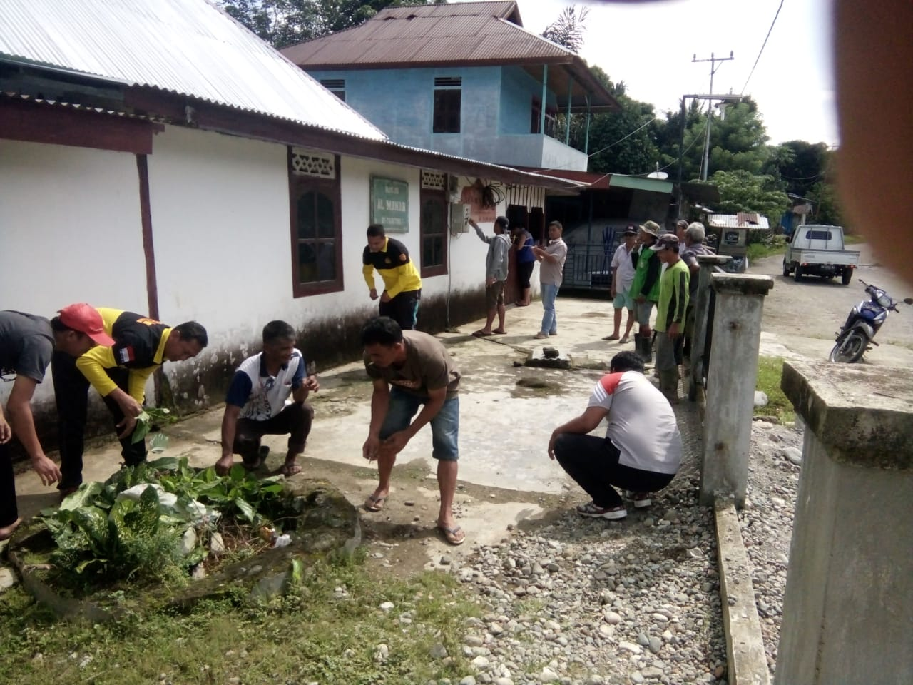Jalin Kebersamaan, Anggota Polsek Kaur Utara dan Warga Gotong Royong Membersihkan Masjid