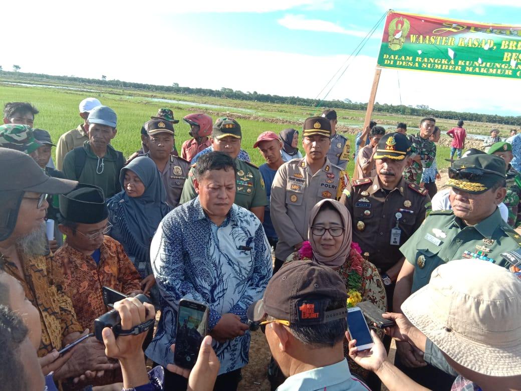 Bersama Bupati dan FKPD, Kapolres Mukomuko Dampingi WASTER KASAD TNI AD Tinjau Program Cetak Sawah