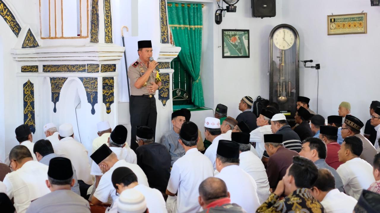 Jum'at Perdana, Kapolda Bengkulu Sholat Di Masjid Jamik