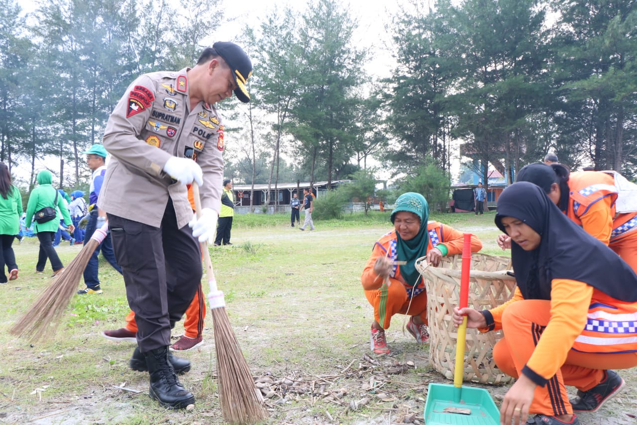 Tak Canggung, Kapolda Bengkulu Gunakan Sapu Bersihkan Pantai Jakat