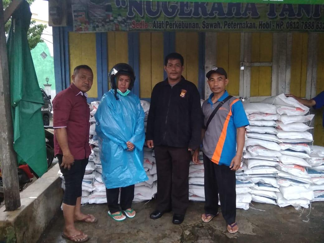 Bersama Tim Pendamping dan Kepala Desa, Anggota Bhabinkamtibmas Awasi Distribusi Rastra