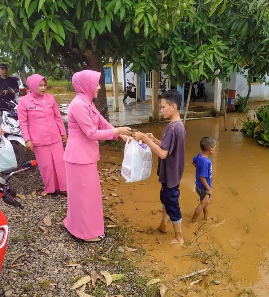 Bhayangkari Polres BU Bantu Korban Banjir Benteng