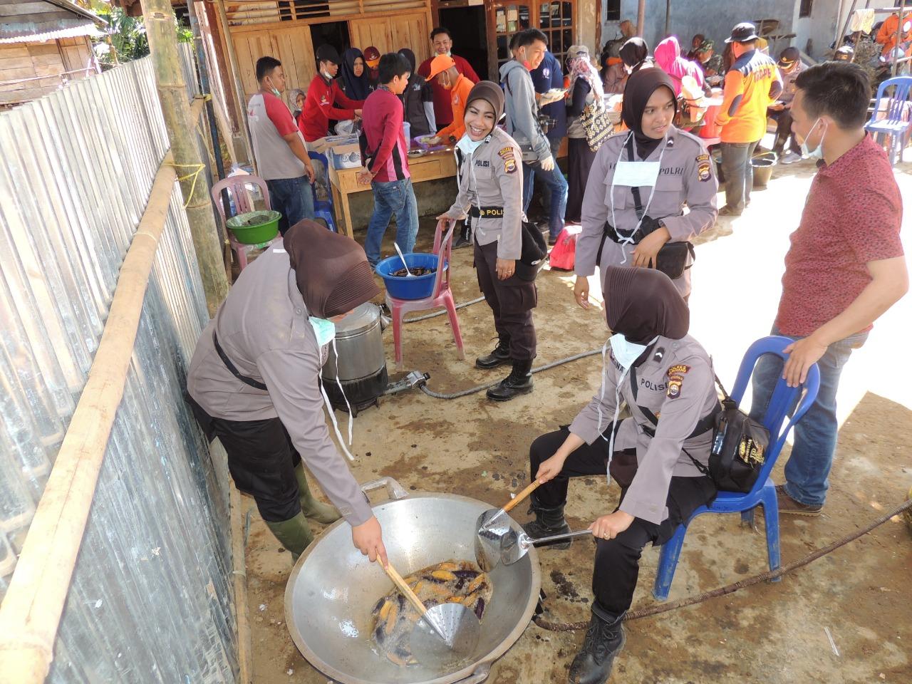 Srikandi Polres Kepahiang Berganti Peran Jadi Koki di Dapur Umum