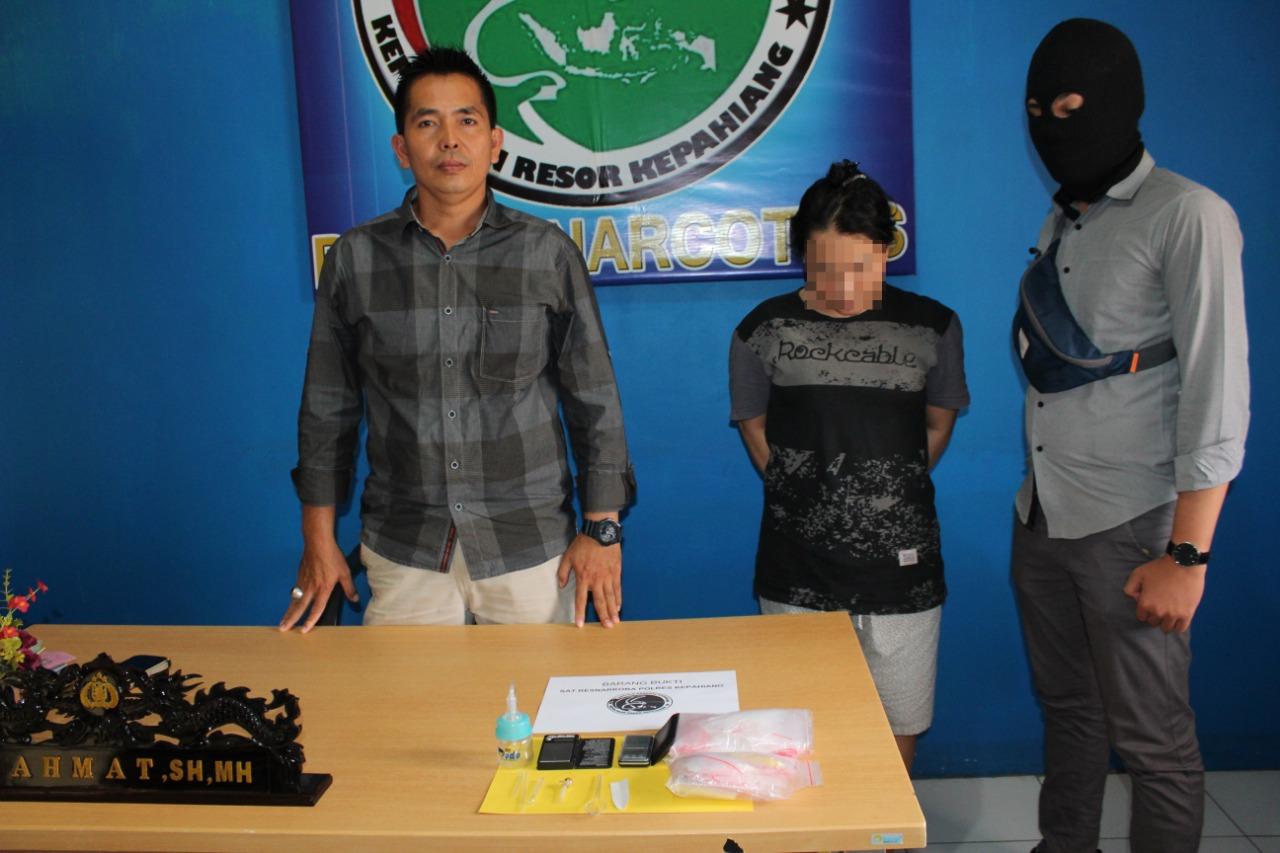 Polisi Tangkap HS Wanita Pelaku Pengirim Sabu Kepada HY Oknum Caleg Kota Pagar Alam