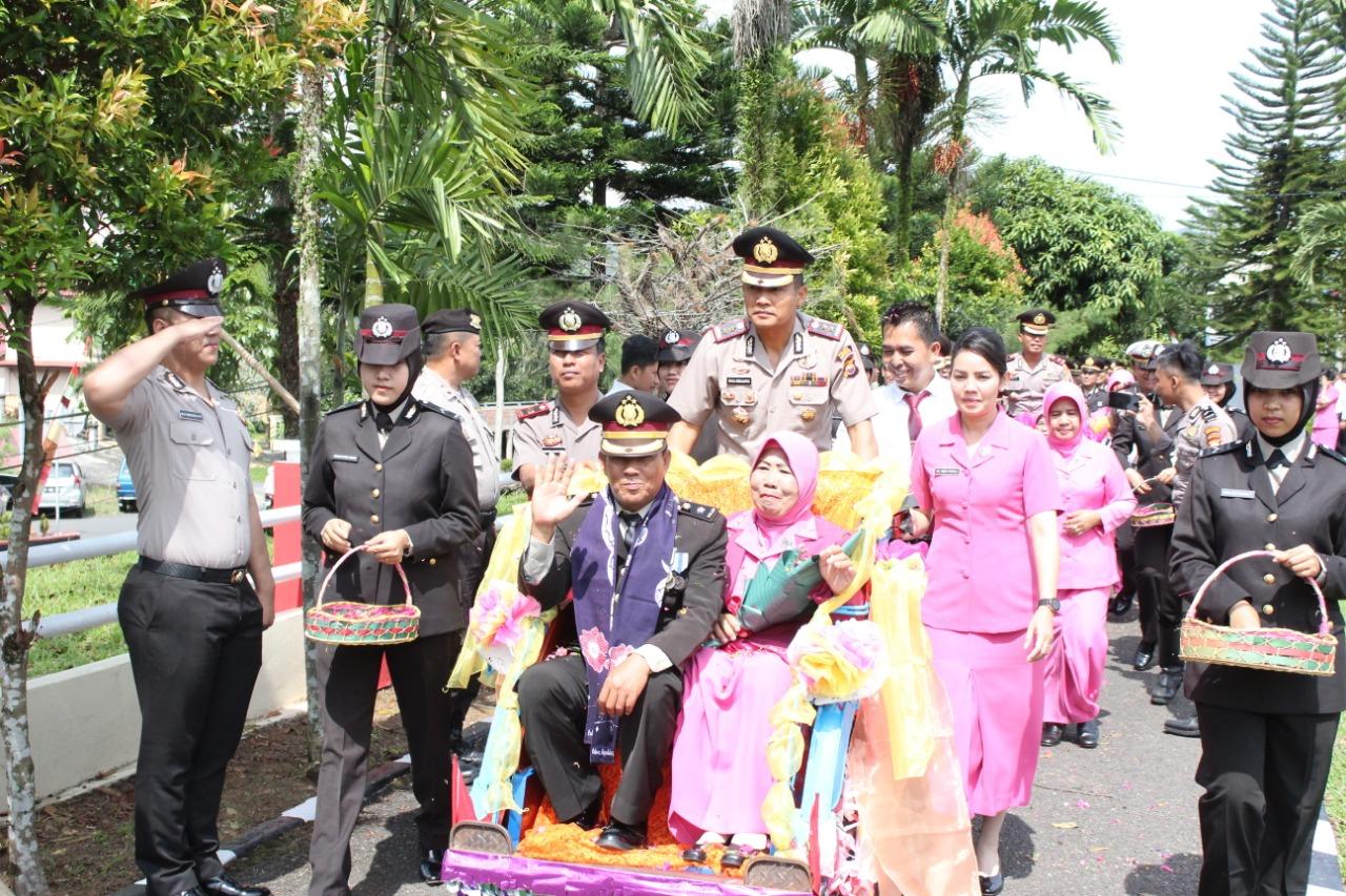 Kapolres Kepahiang dan Wakapolres Kayuh Becak, Antarkan 2 Personil  Wisuda Purna Bhakti