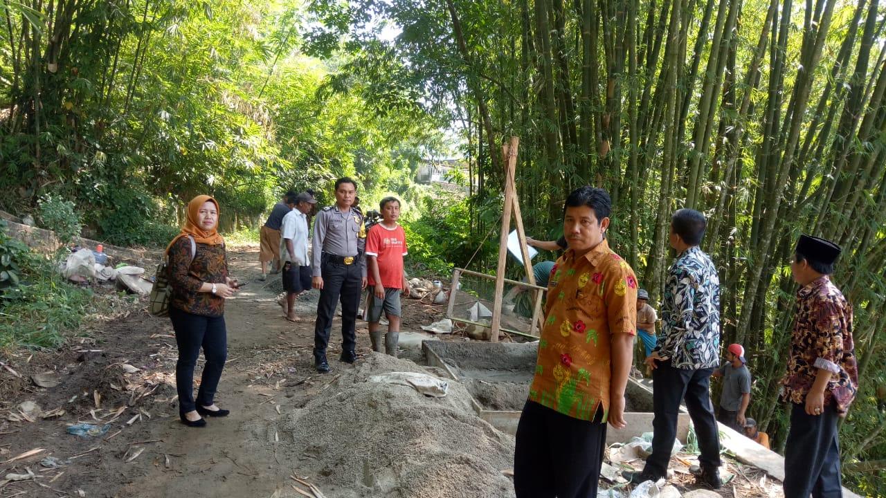 Anggota Bhabinkamtibmas Dampingi Tim Kecamatan Lebong Utara Lakukan Monev Dana Desa