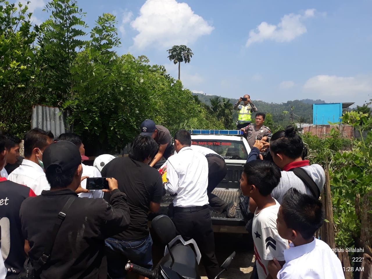 Polisi Evakuasi Jasad Petani Buah Jeruk Warga Desa Kelilik Yang Tewas Didalam Pondok