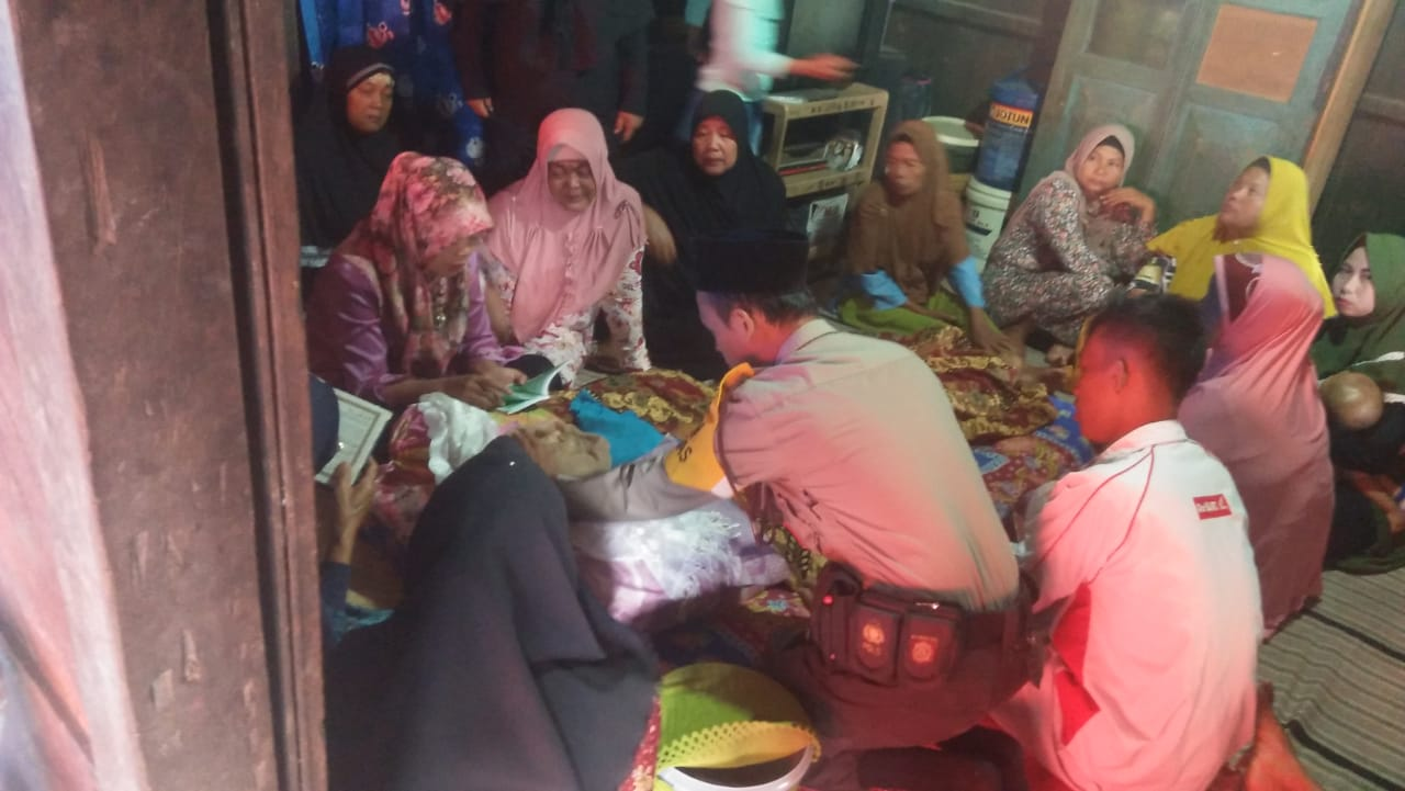 Sambang Duka, Anggota Bhabinkamtibmas Ingatkan Keluarga Bersabar