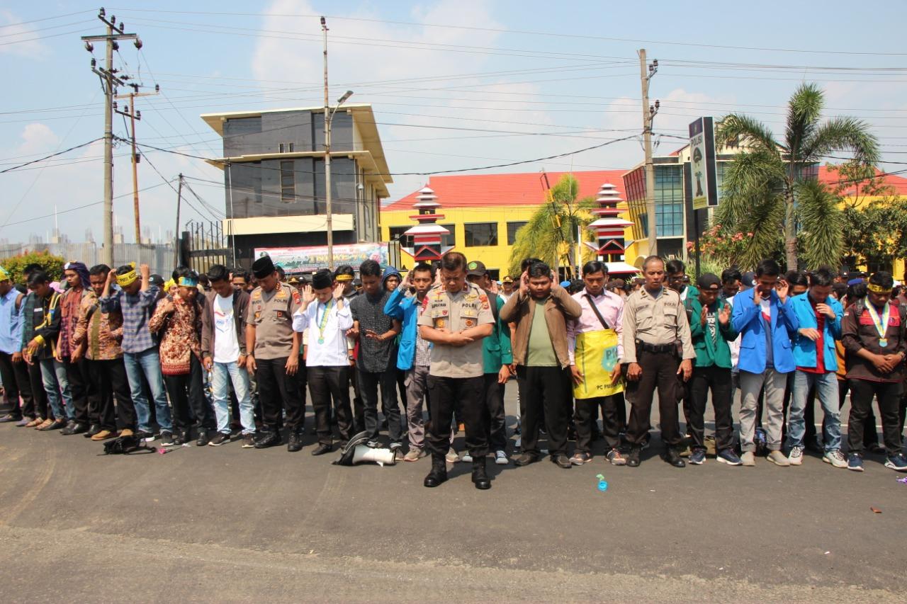 Kapolda Bengkulu Imami Sholat Ghaib Bagi Mahasiswa Kendari