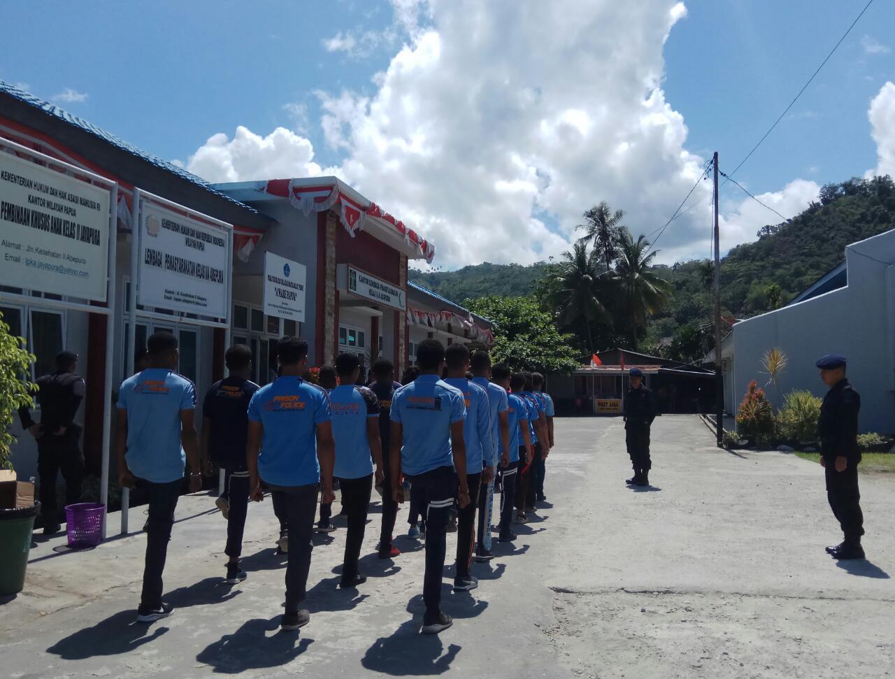 Ciptakan Kebersamaan, Personel Satbrimobda BKO Polda Papua Latih PBB Personil Lapas