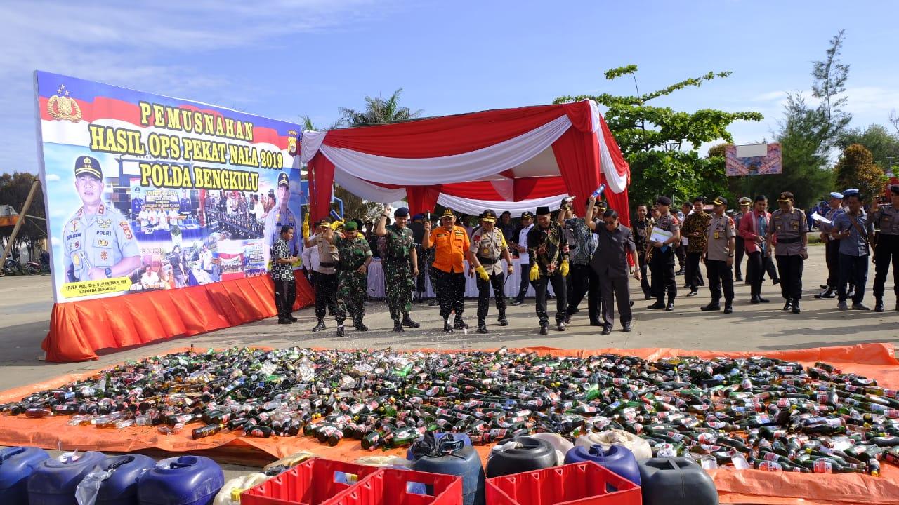 Polda Bengkulu Musnahkan Ribuan Botol Miras Hasil Ops Pekat Nala 2019