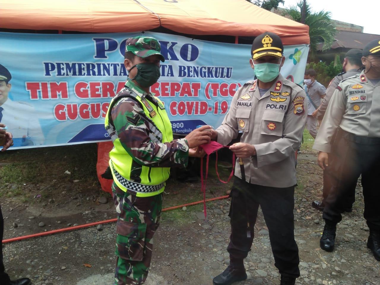 Kapolres dan Baznas Kota Bengkulu Bagikan Masker dan Bubur di Pos Aman Nusa